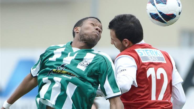 Solothurns Adrian Fleury (R) im Kopfduelll gegen Serrieres Amine Karam