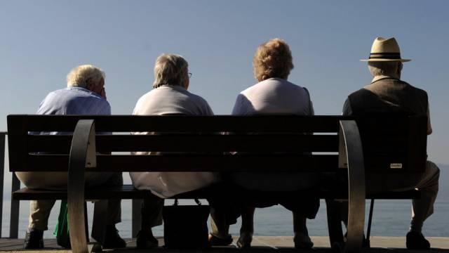 Rentner und Rentnerinnen geniessen die Aussicht (Symbolbild)