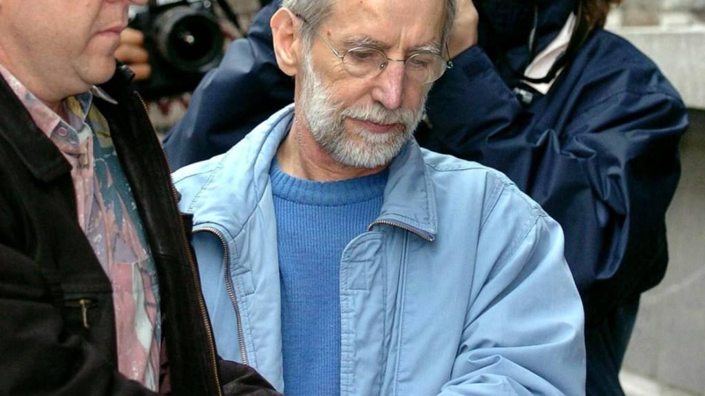 ARCHIV - Der französische Serienmörder Michel Fourniret (M) wird in Gerichtsgebäude gebracht. Der 79-Jährige starb am 10.Mai im Krankenhaus, wie die französische Nachrichtenagentur AFP unter Berufung auf die Staatsanwaltschaft berichtete. Foto: Boucau/BELGA/dpa