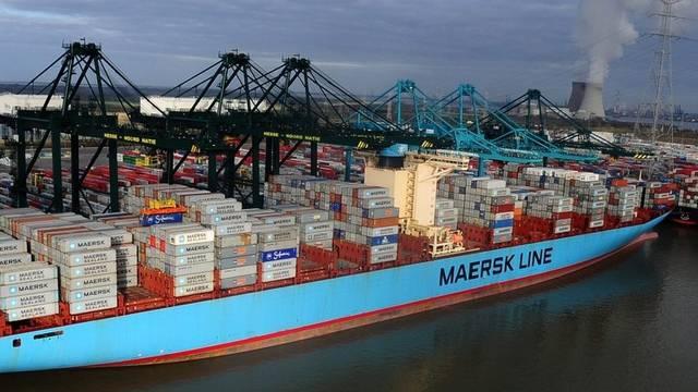 Ein Container-Schiff der dänischen Reederei Maersk im Hafen von Antwerpen (Archiv)