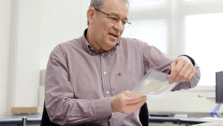 Rolf Hauser mit dem Brief aus Stäfa, der in ihm die Sammlerleidenschaft weckte.