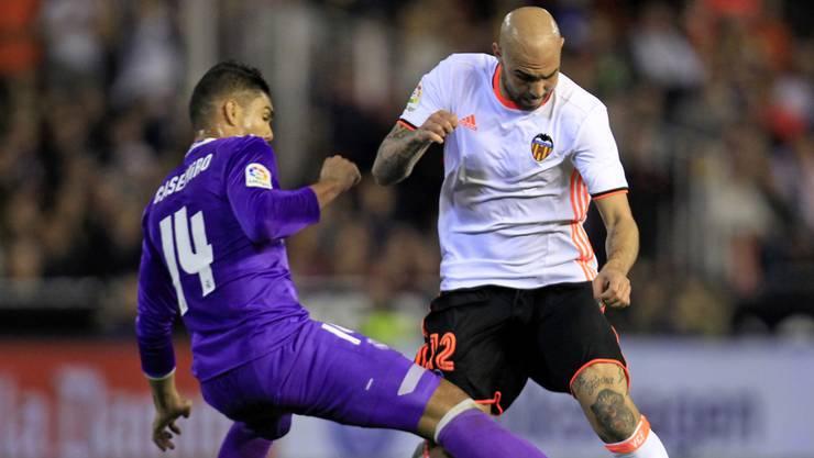 Valencias Simone Zaza (rechts) setzt sich gegen Reals Casemiro durch