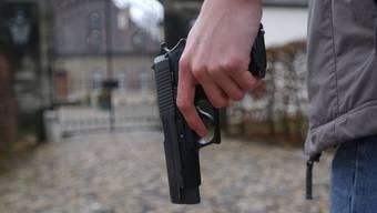 Pistole, Gewalt, Waffen, Attentat © Hanspeter Baertschi erschienen 9.2.2002, 14.02.04