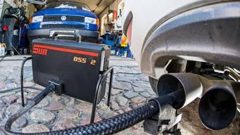 Ein Messgerät für Diesel-Motoren misst die Emissionen an einem Volkswagen Golf 2.0 TDI.