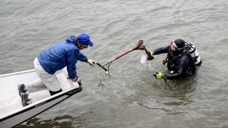 Und wieder ein Trottinett: Aus dem Wasser wandert der Müll aufs Boot und von da dann ans Ufer zur Sammelstelle.