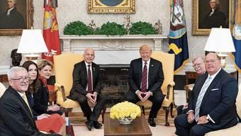 Martin Dahinden (l) mit Ueli Maurer (M.l.) bei Donald Trump (M.r.) im Weissen Haus.