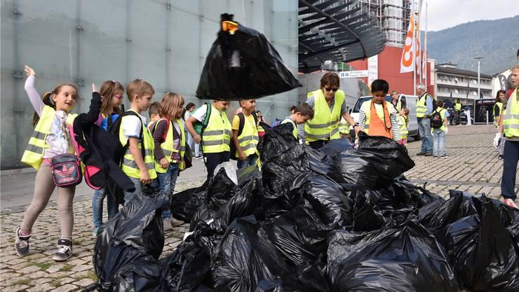 Der Abfall wird auf der Bachstrasse aufgetürmt.
