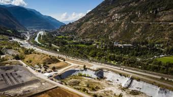 Ein Sanierungsfall: Die ehemalige Deponie Gamsenried bei Visp im Oberwallis enthält rund 1,5 Millionen Kubikmeter chemische Produktionsrückstände. (Archiv)
