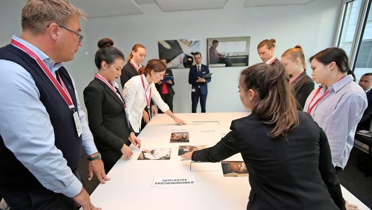 In der Gruppe zählen Teamwork und Kommunikationsfähigkeiten der Bewerber.