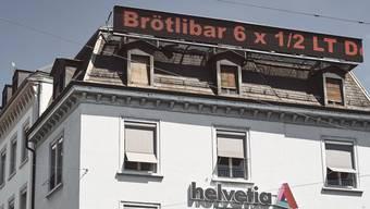 Viel Werbung vom Besitzer- «Stadthof»-Wirt Josef Schüpfer nutzt das kultige Band selbstverständlich auch für seinen eigenen Betrieb.