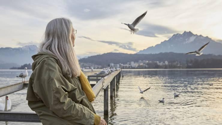 Eine ältere Frau blickt auf den Vierwaldstättersee. Laut einer Studie des Beratungsunternehmens Mercer fehlt es dem Schweizer Vorsorgesystem an Nachhaltigkeit. (Symbolbild)