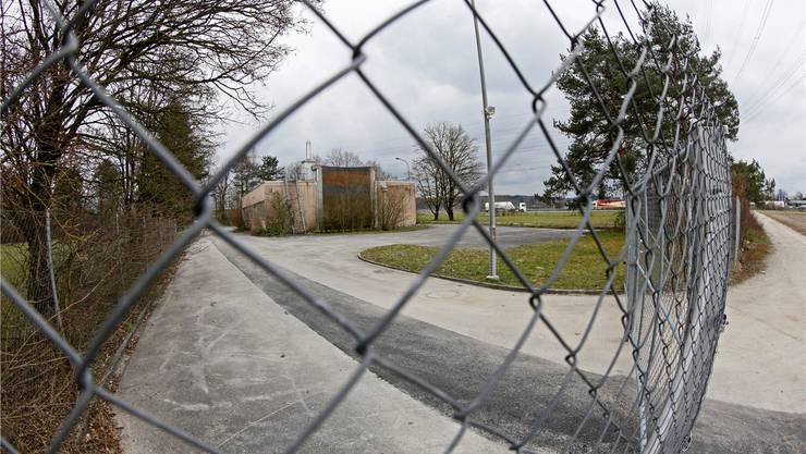Rechts vom Gebäude hat der Kanton den Standplatz für die Fahrenden vorgesehen. Das ebenfalls geplante Asylzentrum käme links der früheren Abwasserreinigungsanlage zu stehen.
