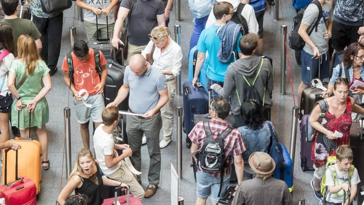 Reisende mussten Geduld mitbringen: Auf dem Zürcher Flughafen herrschte an diesem Wochenende vor allem am Check-In grosser Andrang.