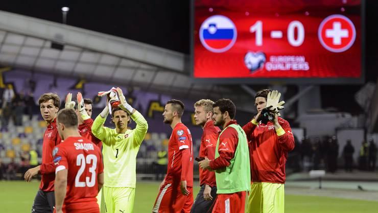 Die Schweizer Spieler klatschen trotz Niederlage zu den Fans.