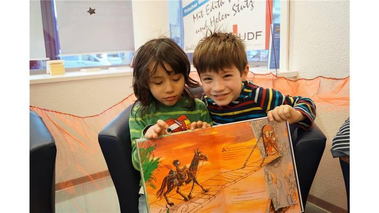 Das letzte Bild im Buch ist das liebste von Salvatore (5) und William (6). Sie sind Nachbarn und haben deshalb den gleichen Weg zum Kindergarten. Am Geschichtenzelt haben sie grosse Freude.