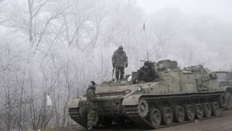Ukrainische Soldaten bei einem Panzer in der Nähe von Debalzewo.