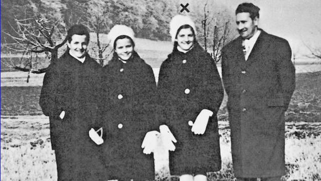 Bernadette Hasler (unter dem Kreuz)