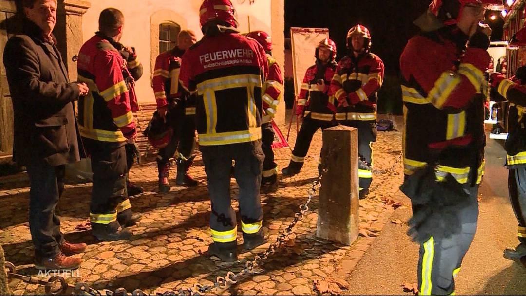 Ein Autofahrer verliert die Nerven und fährt in einen Feuerwehrmann, weil ihn dieser nicht durch eine Strassensperre liess.