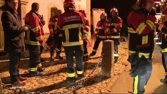 Bei einem Feuer in Windisch errichtete die Feuerwehr eine Strassensperre. Ein Autofahrer rastete deswegen komplett aus und fuhr einen Feuerwehrmann um. Dieser wurde verletzt und ins Spital gebracht.