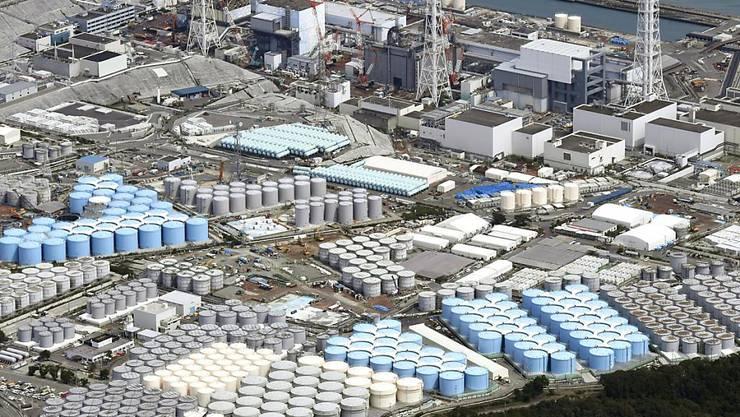 Tanks mit radioaktivem Wasser werden beim zerstörten Atomkraftwerk in Fukushima gelagert. Acht Jahre nach der Reaktorkatastrophe muss Japan noch entscheiden, was mit den Millionen Tonnen von verseuchtem Wasser geschehen soll. (Bild vom September 2017)