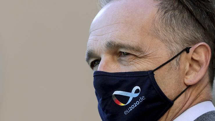 Außenminister Heiko Maas trägt einen Nasen-Mund-Schutz, während er vor der Villa Borsig am Rande Berlins auf Wang Yi, Außenminister von China, wartet, mit dem er Gespräche führen wird. Foto: Michael Sohn/AP pool/dpa