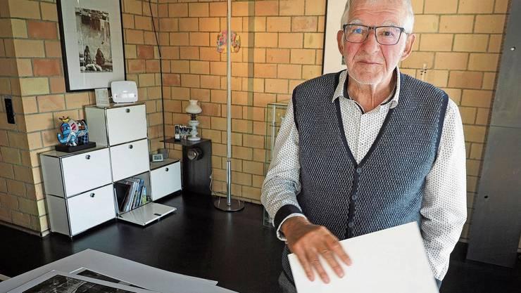 20'000 Fotos im Keller: Alois Bühler vor einer Auswahl seiner Werke.