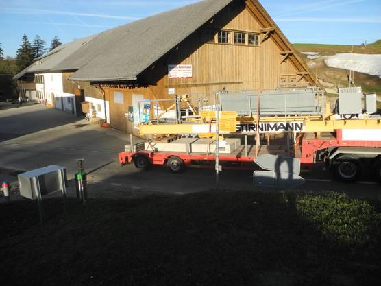 Der Kran wird in Einzelteilen auf den Weissenstein transportiert.
