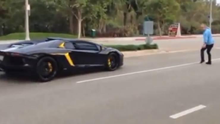 Fussgänger bewirft Lamborghini mit Stein.
