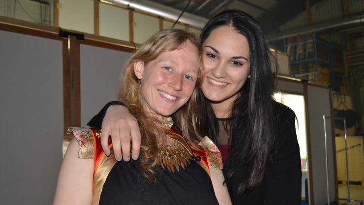Freschta (rechts) und Rahel vom Team Stress vor ihrem Auftritt an der Hauptprobe