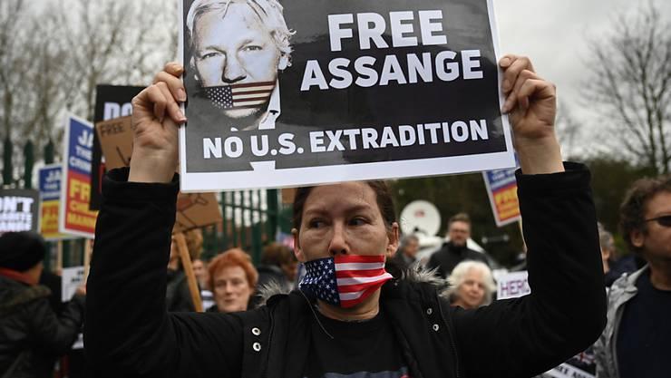 Vor dem Gerichtsgebäude in London protestierten Demonstranten gegen eine Auslieferung von Wikileaks-Gründer Julian Assange in die USA.