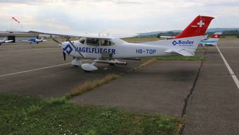 Das Flugzeug ist mit einer speziellen Sprühvorrichtung bestückt.