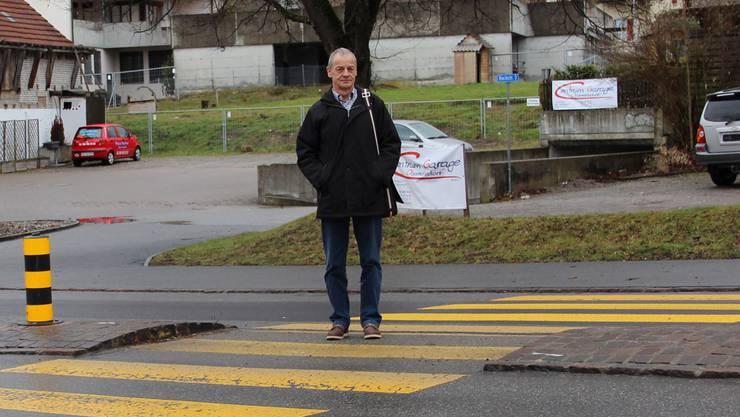 Gemeinderat Kurt Scherer: «Hier ist der Kleinkreisel geplant.»Jérôme jacky