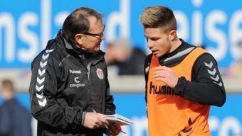 Joël Keller erhält Instruktionen von seinem Trainer Ewald Lienen.