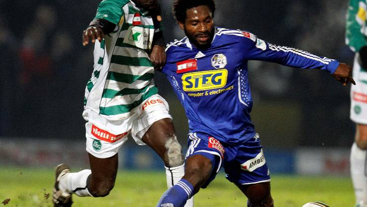 Luzern's Jean-Michel Tchouga (R) challenges St. Gallen's Pa Modou during their Suisse Cup quarter-final soccer match in Emmenbruecke, outside Lucerne December 10, 2009. REUTERS/Romina Amato (SWITZERLAND SPORT SOCCER)