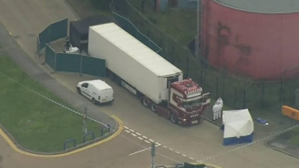 Die britische Polizei hat 39 Leichen in einem Lastwagen in einem Industriegebiet östlich von London entdeckt. Die Leichen wurden im Container-Auflieger gefunden.