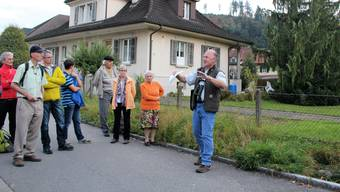 Hanspeter Lüem erklärt der Exkursionsgruppe vor dem eingedolten Haselbach, welche Vor- und Nachteile diese bauliche Form mit sich bringt.