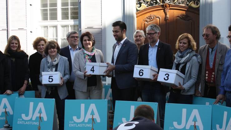 """Die SP reicht die 5463 Unterschriften der Petition """"Ja zur Prämienverbilligung"""" ein."""