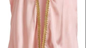 """Das rosafarbene """"Queen Cape"""" ist leicht entflammbar. Für Kinder besteht daher die Gefahr von Verbrennungen."""