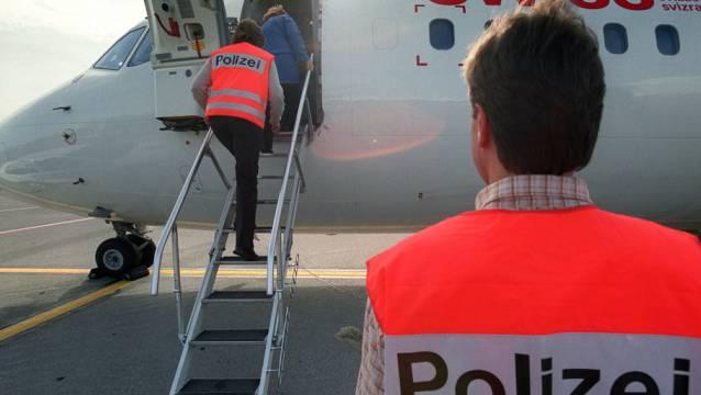 Polizisten überwachen eine Ausschaffung am Flughafen Zürich (Symbolbild).