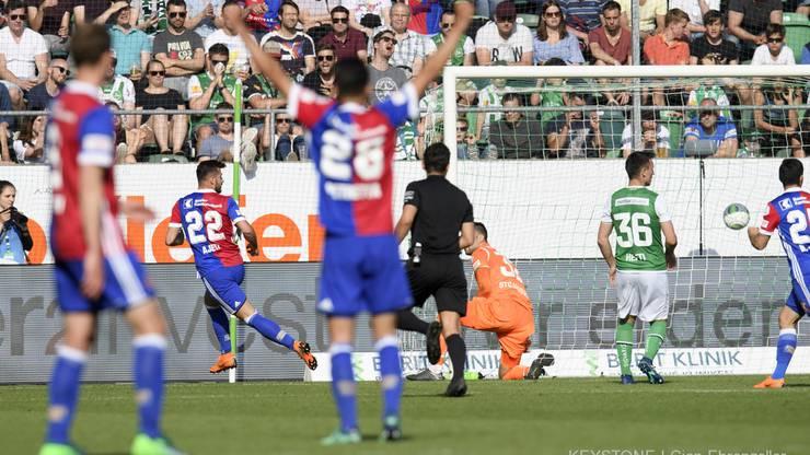 Basels Albian Ajeti, links, trifft zum 4-2 gegen St. Gallens Torhüter Dejan Stojanovic