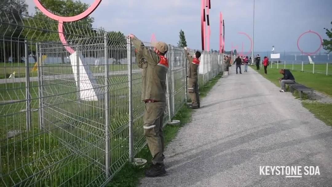 Hier wird der Grenzzaun in Kreuzlingen abgebaut
