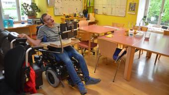 Patrick eckt mit seinem Rollstuhl immer wieder an – nicht, weil er ungeschickt wäre, sondern weil die Platzverhältnisse und Durchgänge im Roth-Haus eng sind.