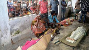 Eine ältere Frau trauert im Spital von Mymensingh um bei der Massenpanik getötete Menschen.