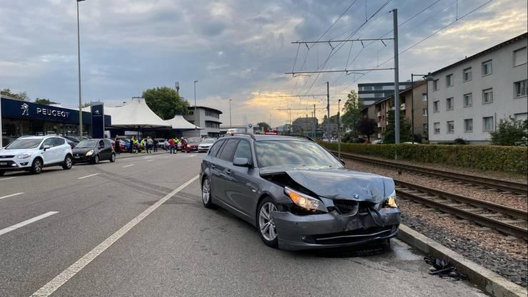 Muttenz BL, 22. September: Auf der St. Jakob-Strasse kollidierten vier Fahrzeuge miteinander. Ausgelöst wurde der Unfall durch ein Lieferwagen, der beim Abbiegen einen Personenwagen übersah. Zwei Personen wurden leicht verletzt.
