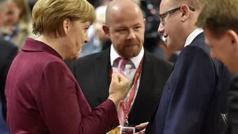 """Die deutsche Kanzlerin Angela Merkel mit dem tschechischen Premierminister Bohuslav Sobotka (rechts) am EU-Gipfel am Donnerstag in Brüssel. Die """"EU-Chefs"""" diskutieren erneut über die Flüchtlingskrise."""