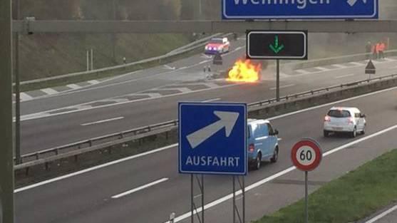 Brennender Mercedes, Foto von Twitter.