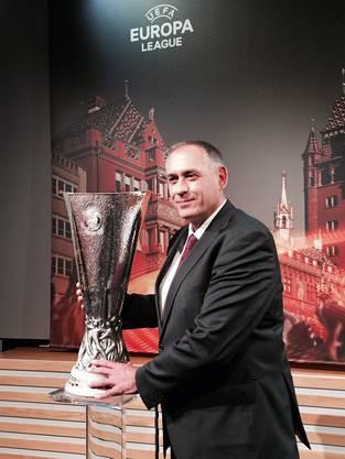 Regierungsrat Hans-Peter Wessels präsentiert den Pokal...