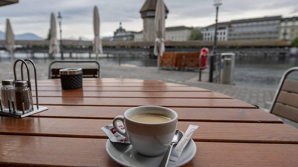 Ein Strassencafé in Luzern: Der Stadtrat will auf 2022 bei der Bewilligung von Aussenflächen das gelockerte Coronaregime aufheben. (Archivaufnahme)