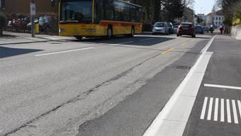 Die Therwiler Haltestelle «Jurastrasse» verfügt Richtung Westen (rechts) bereits über den neuen Bordstein. Bei der Haltestelle gegenüber ist der Höhenunterschied noch deutlich zu sehen. Boris Burkhardt