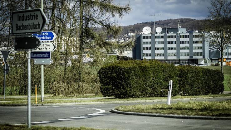 Die Parabolantennen auf dem Dach sind auf den Satelliten Inmarsat 3 F-2 über Europa ausgerichtet.